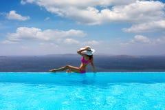 La mujer disfruta de la visión desde la piscina al mar Mediterráneo imágenes de archivo libres de regalías