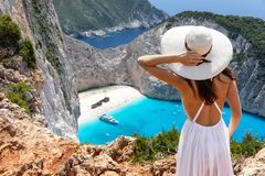 La mujer disfruta de la visión a la playa del naufragio, Navagio, en la isla de Zakynthos, Grecia fotografía de archivo libre de regalías