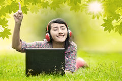 La mujer disfruta del día de verano Fotos de archivo libres de regalías