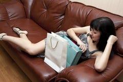 La mujer disfruta a los regalos Imagenes de archivo