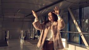 La mujer disfruta y baila en el vestíbulo del aeropuerto almacen de metraje de vídeo