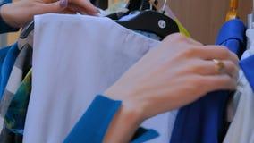 La mujer distribuye la suspensión de las clases con ropa metrajes