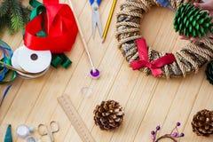 La mujer doiing decoraciones festivas diy en casa Fotografía de archivo