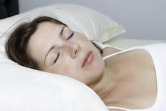 La mujer durmiente joven hermosa Imágenes de archivo libres de regalías