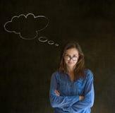 Mujer con los vidrios de pensamiento de la nube de la tiza del pensamiento en nariz Fotografía de archivo libre de regalías