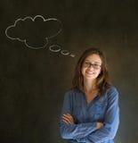La mujer con los brazos de pensamiento de la nube de la tiza del pensamiento dobló con los vidrios Imagenes de archivo