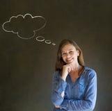 La mujer con los brazos de pensamiento de la nube de la tiza del pensamiento foldled con la mano en la barbilla Fotos de archivo libres de regalías