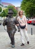 La mujer, el turista, cerca de un monumento al barrido de chimenea en Tallinn, Estonia Imagen de archivo