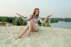 La mujer elegante atractiva se divierte en la arena Imágenes de archivo libres de regalías