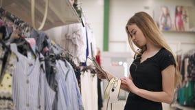 La mujer elegante compra accesorios metrajes