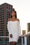 La mujer elegante está sonriendo en el balcón de un edificio Imágenes de archivo libres de regalías