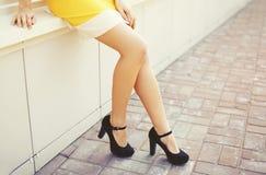 La mujer elegante hermosa que lleva un negro se inclina y vestido imagenes de archivo