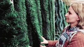 La mujer elige la decoración de la Navidad metrajes