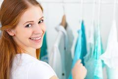 La mujer elige la ropa en su guardarropa Imagen de archivo