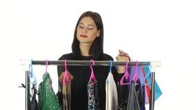 La mujer elige la ropa en tienda blanco almacen de metraje de vídeo