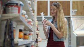 La mujer elige la regadera manual almacen de metraje de vídeo