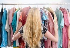 La mujer elige la ropa en el armario del guardarropa fotos de archivo libres de regalías
