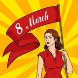 La mujer emancipada lleva a cabo un cartel rojo Reunión del feminismo Estilo retro internacional del arte pop del día del ` s de  Imagenes de archivo