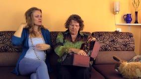 La mujer embarazada con la abuela puso el collar atado de piedra antigua almacen de video