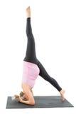 La mujer embarazada de la aptitud hace estiramiento en actitud de la yoga Foto de archivo