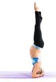 La mujer embarazada de la aptitud hace estiramiento en actitud de la yoga Imágenes de archivo libres de regalías