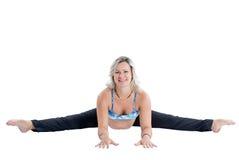 La mujer embarazada de la aptitud hace estiramiento en actitud de la yoga fotos de archivo libres de regalías