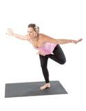 La mujer embarazada de la aptitud hace que el estiramiento en yoga y pilates presenta en el fondo blanco foto de archivo