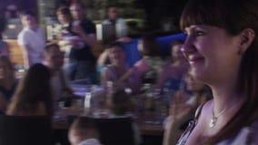 La mujer embarazada de los jóvenes consigue el regalo del anfitrión en restaurante acontecimiento celebre almacen de metraje de vídeo