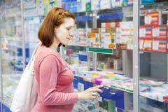 La mujer embarazada elige las drogas imagen de archivo