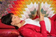 La mujer embarazada es libro de lectura Imagenes de archivo