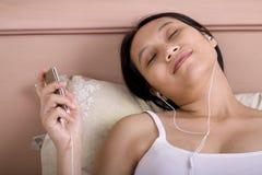 La mujer embarazada escucha la música fotos de archivo libres de regalías