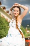 La mujer embarazada hermosa con el pelo largo meditating y se relaja en la naturaleza fotos de archivo libres de regalías
