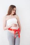 La mujer embarazada hermosa está esperando al bebé Fotos de archivo