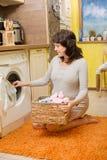 La mujer embarazada lava la ropa del bebé Imagenes de archivo