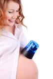 La mujer embarazada pone el interruptor intermitente azul en el vientre Imágenes de archivo libres de regalías