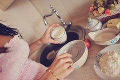 La mujer embarazada prepara el desayuno Fotografía de archivo libre de regalías