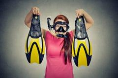La mujer emocionada con el equipo del tubo respirador aisló el fondo gris Imagenes de archivo