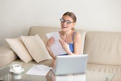 La mujer emocionada que disfruta de buenos resultados pone letras, conseguido el trabajo, pasajero examen Imagenes de archivo