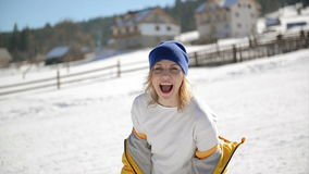 La mujer emocional con el pelo rubio va loca divirtiéndose al aire libre durante Sunny Winter Day Chica joven fresca en brillante metrajes