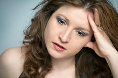 La mujer emocionalmente tensionada es trastornada y deprimida Fotos de archivo