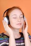 La mujer en auriculares Fotografía de archivo