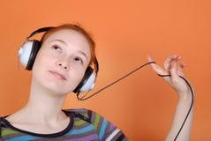 La mujer en auriculares Imagen de archivo