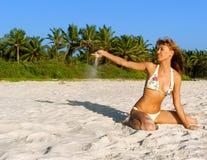 La mujer en bikiní goza en una playa tropical Imagenes de archivo