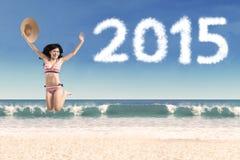 La mujer en bikini celebra Año Nuevo Imagen de archivo libre de regalías