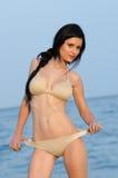 La mujer en bikini se acuesta en la playa arenosa Fotos de archivo libres de regalías