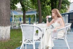 La mujer en café del verano Imagen de archivo libre de regalías