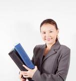 La mujer en chaqueta gris sostiene la carpeta Fotos de archivo