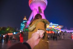 La mujer en chaqueta viste al hombre principal a la torre oriental de la perla en Shangai imágenes de archivo libres de regalías