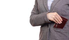 La mujer en mujer de negocios de la camisa y de la chaqueta puso el monedero en bolsillo imágenes de archivo libres de regalías