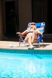 La mujer en el área de piscina Fotografía de archivo libre de regalías